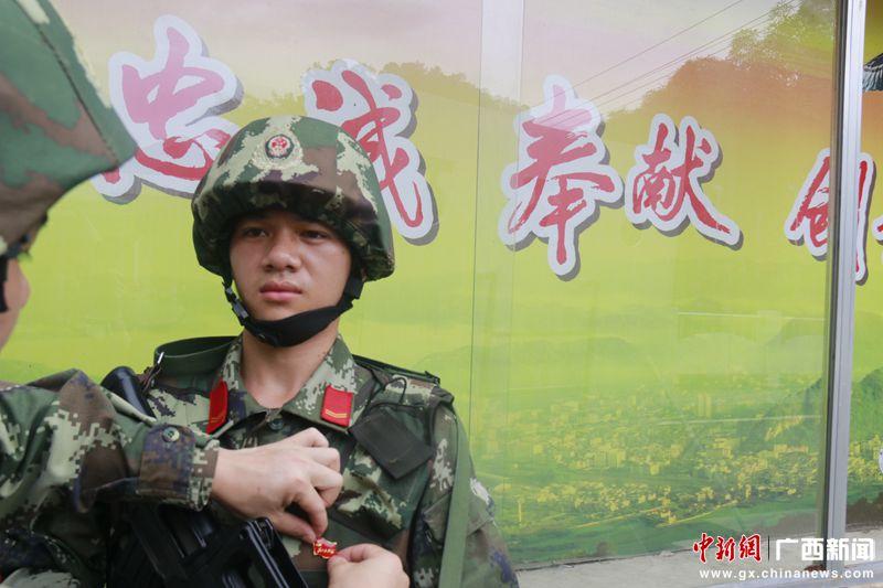 """广西友谊关边检官兵向建党95周年""""花式""""献礼"""