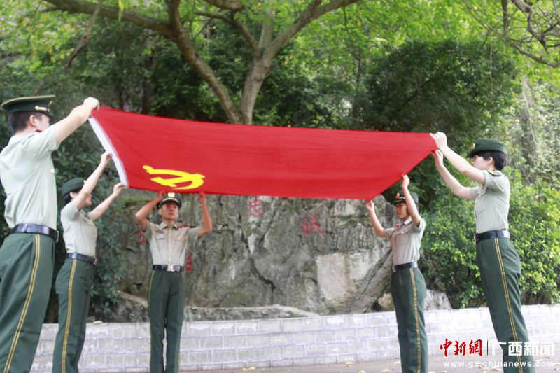 党员战士在平整党旗 刘晓丹摄_