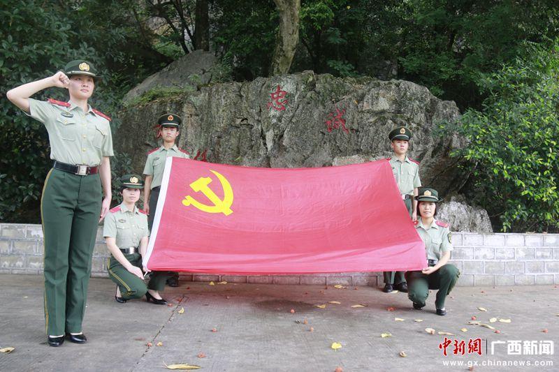 老党员带领新党员共同重温入党誓词 刘晓丹摄_