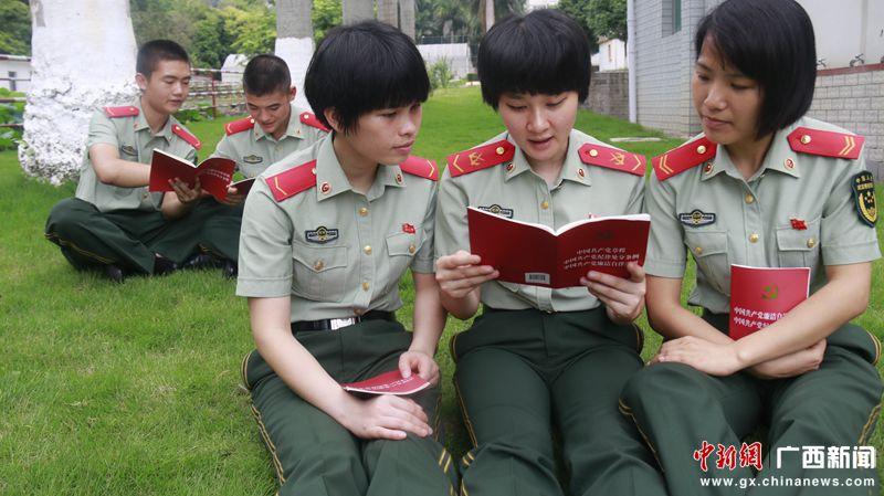 武警官兵分组进行党章学习 姚敦议摄_