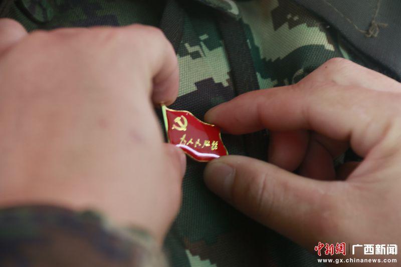 执勤党员战士佩戴党徽迎接党的生日 刘晓丹摄_