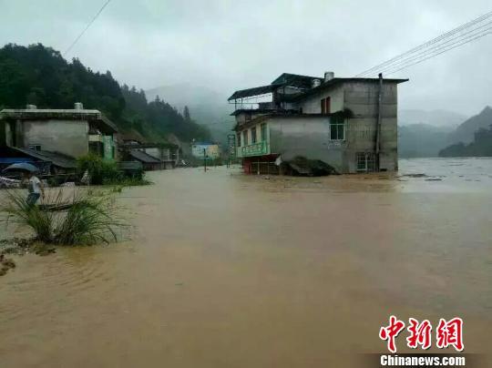 融水苗族自治县部分乡镇遭连日来遭受罕见暴雨袭击,造成部分乡镇出现公路水毁、农田受淹等灾情。 钟欣 摄