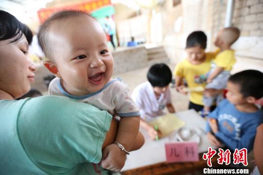 """广西医学高校暑期""""三下乡""""向村民免费赠药"""